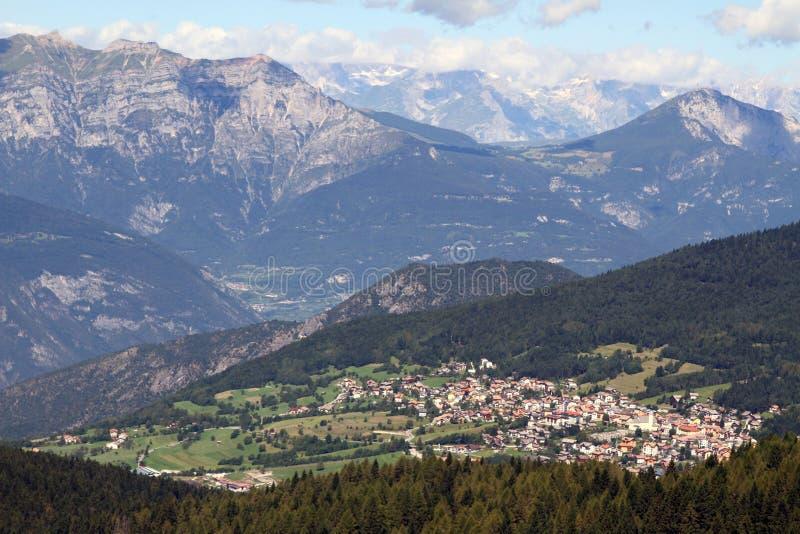 Dorp van Folgaria binnen onder de bergen van Noordelijk Italië stock afbeelding