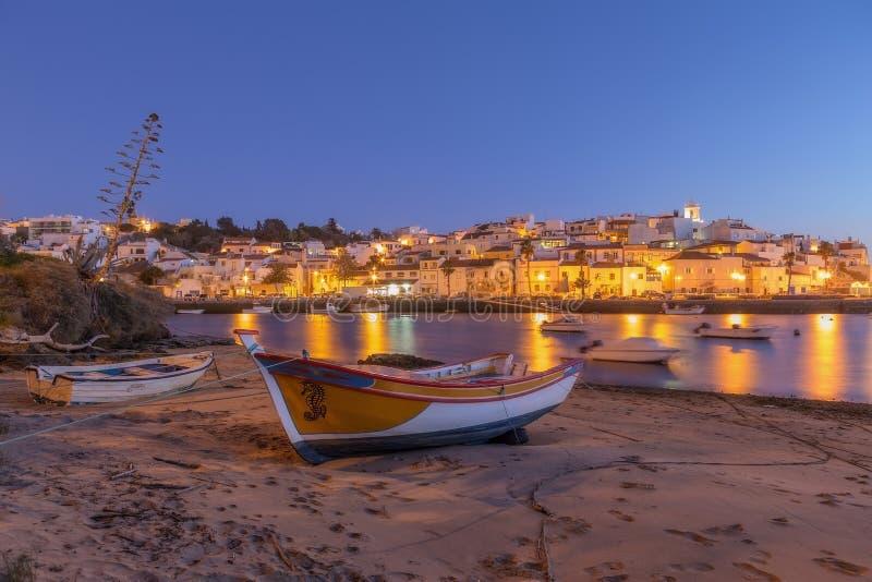 Dorp van vissers, gele de lichtenlantaarns van Ferragudo stock foto