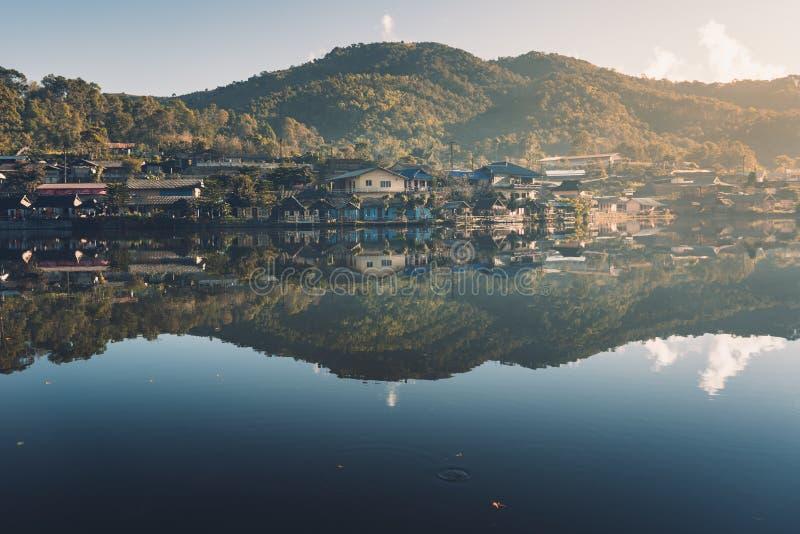 Dorpen en meren het Verbod Rak Thai is weinig dorp dat een klein meer omringt stock fotografie