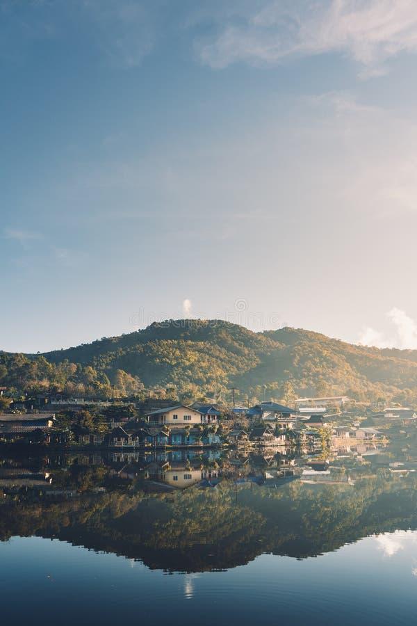 Dorpen en meren het Verbod Rak Thai is weinig dorp dat een klein meer omringt stock afbeelding