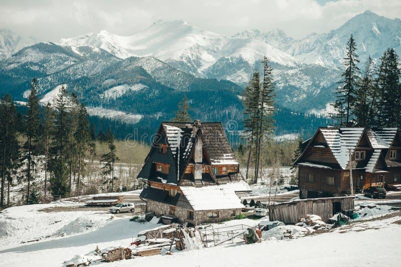 Dorpsbergen Stad van zakopane-Polen, het bergachtige landschap van de Tatra-Bergen royalty-vrije stock fotografie