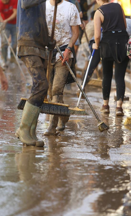 Dorpsbewoners die na overstromingen in San Llorenc in de verticaal van eilandmallorca schoonmaken stock afbeeldingen