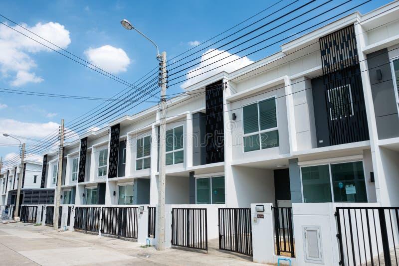 Dorpsproject voor verkoop van modern wit huis in de stad 2 vloeren met omheining in Klap Yai stock fotografie