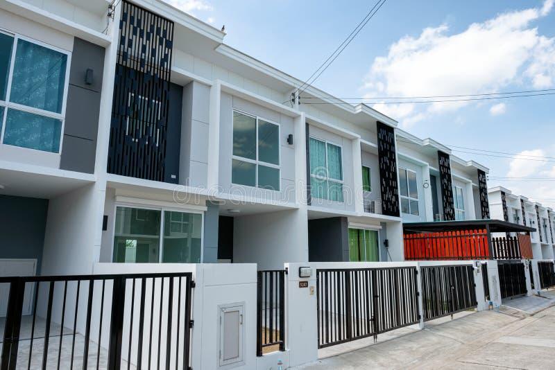 Dorpsproject voor verkoop van modern wit huis in de stad 2 vloeren met omheining in Klap Yai royalty-vrije stock foto's