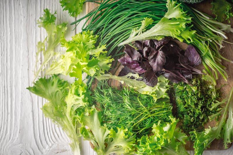 Dorpssalade, basilicum, ui, dille op scherpe raad royalty-vrije stock foto
