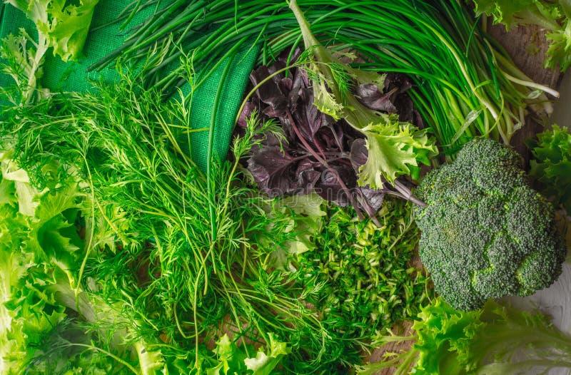 Dorpssalade, broccoli, basilicum, ui, dille op scherpe raad royalty-vrije stock foto's