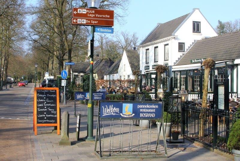 Dorpsscène van de hoofdstraat in Lage Vuursche, Holland stock foto's