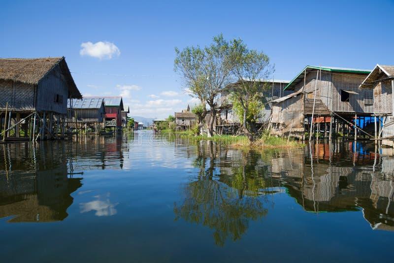 Dorpsstraat in een visserijdorp op het Inle-Meer myanmar royalty-vrije stock afbeelding
