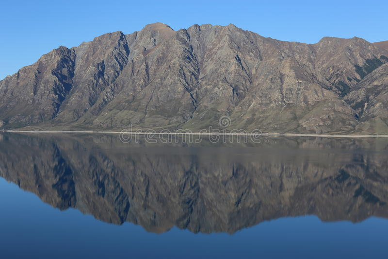 Dorre bergketenbezinning stock foto