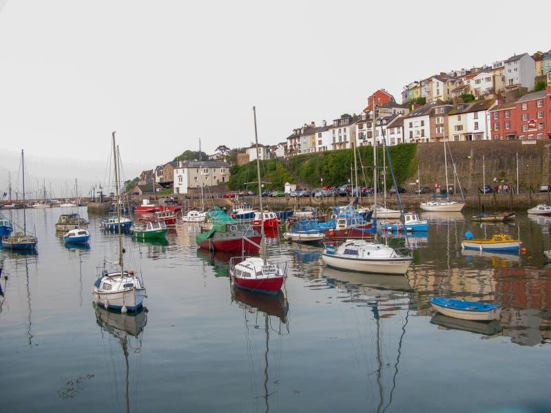 Dorset UK - April 2011 - mycket pittoresk sjösidaport i en vår arkivfoto
