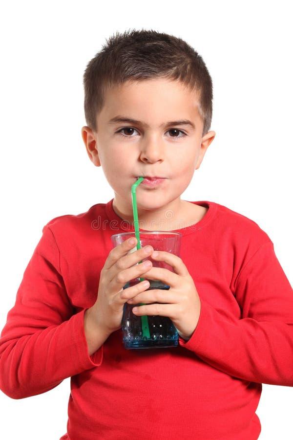 Dorstig kind dat zuiver zoet water drinkt royalty-vrije stock foto's