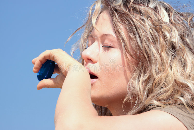Dorstige blonde vrouw op woestijn stock foto's