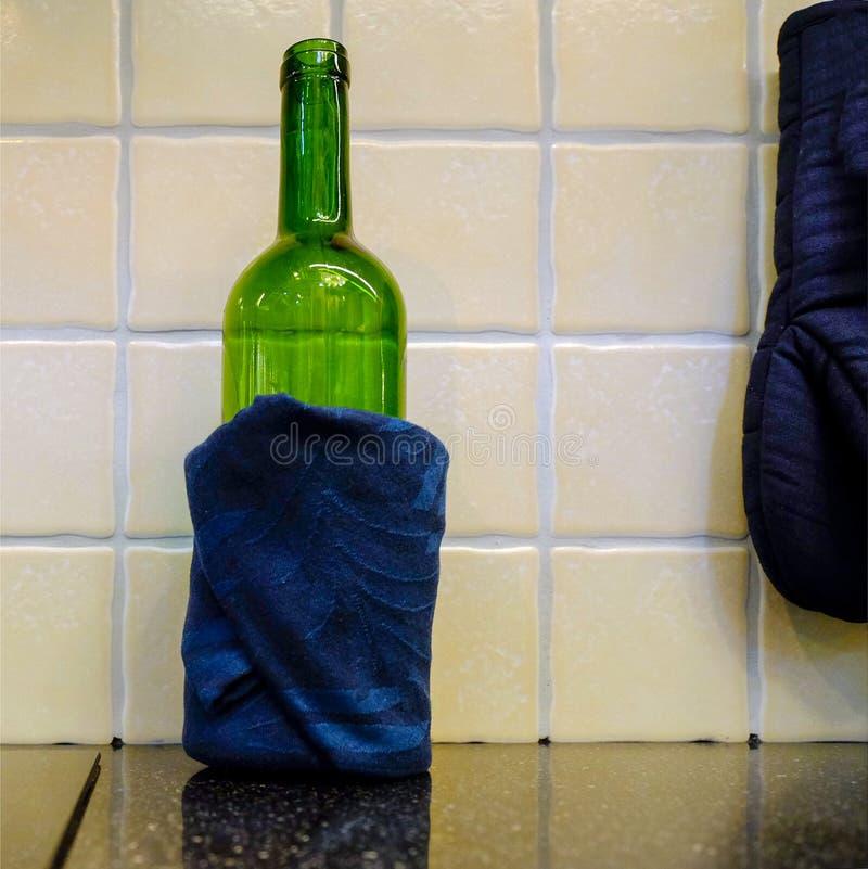 Dort ` s eine Flasche Wein in der Serviette Auf dem Küche Countertop stockfotos