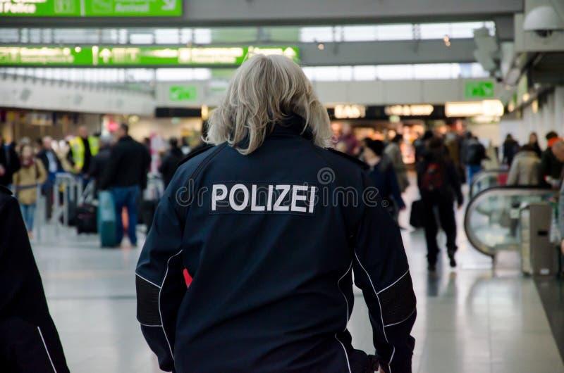 Dortmund, Alemanha - 13 de dezembro de 2017: Polícia do aeroporto Aeroporto DTM de Dortmund imagens de stock