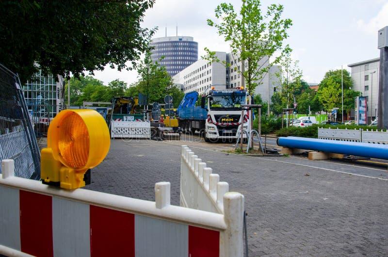 Dortmund, Deutschland - 2. August 2019: Straßenreparaturarbeiten Straßenreparaturarbeiten stockfotografie