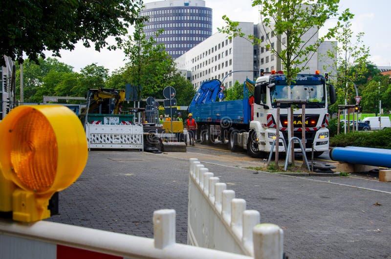 Dortmund, Deutschland - 2. August 2019: Straßenreparaturarbeiten Straßenreparaturarbeiten stockbilder