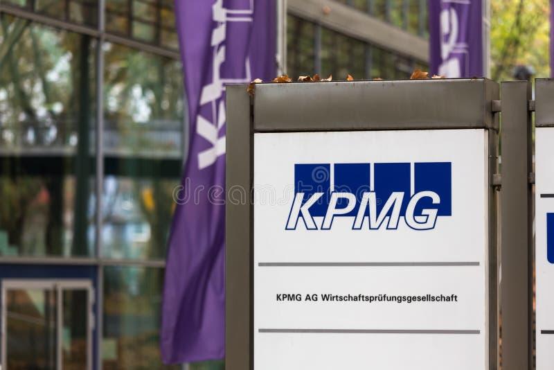 Dortmund, Noordrijn-Westfalen/Duitsland - 22 10 18: kpmg teken in Dortmund Duitsland stock foto