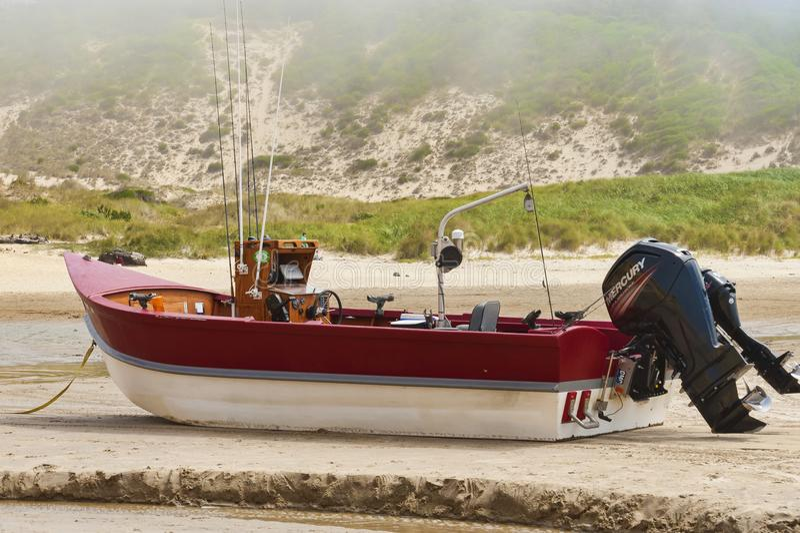Dory de Boot zit op zandig strand bij Kaap Kiwanda royalty-vrije stock afbeeldingen