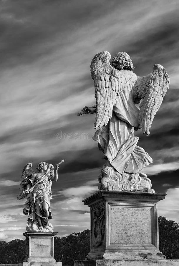 Dos ángeles con las nubes en Roma imagenes de archivo