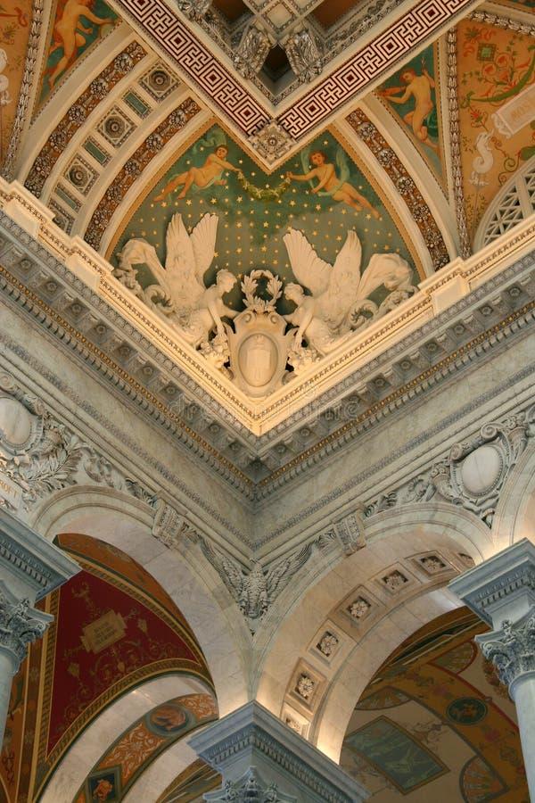 Dos ángeles y otras ilustraciones ricas que adornan el techo fotografía de archivo libre de regalías