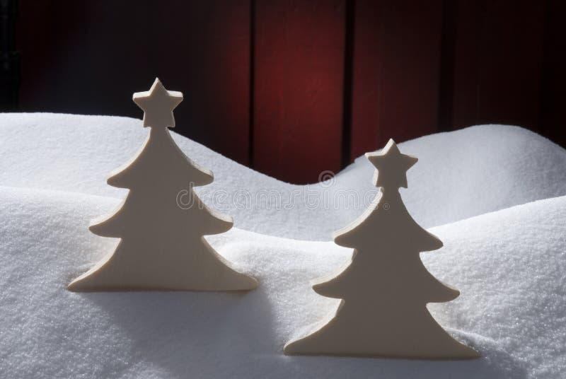 Dos árboles de navidad de madera blancos, nieve fotografía de archivo libre de regalías