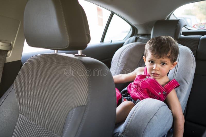 Dos años del bebé en coche foto de archivo libre de regalías