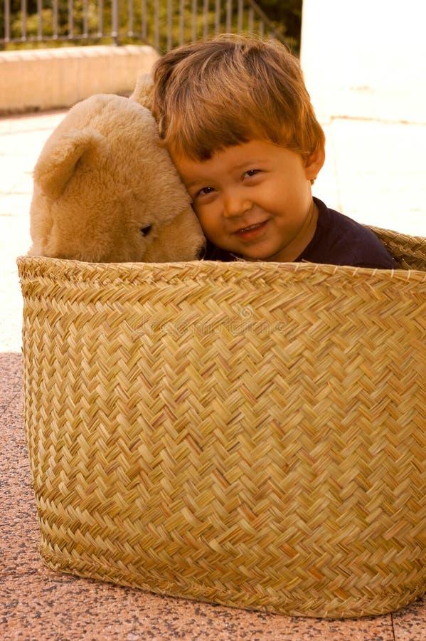 Dos años del muchacho con su oso de la felpa fotos de archivo