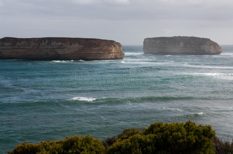 Dos acantilados grandes de la costa en la bahía de las islas en el gran camino del océano en Australia fotografía de archivo