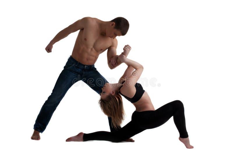 Dos acróbatas jovenes que presentan en danza fotografía de archivo