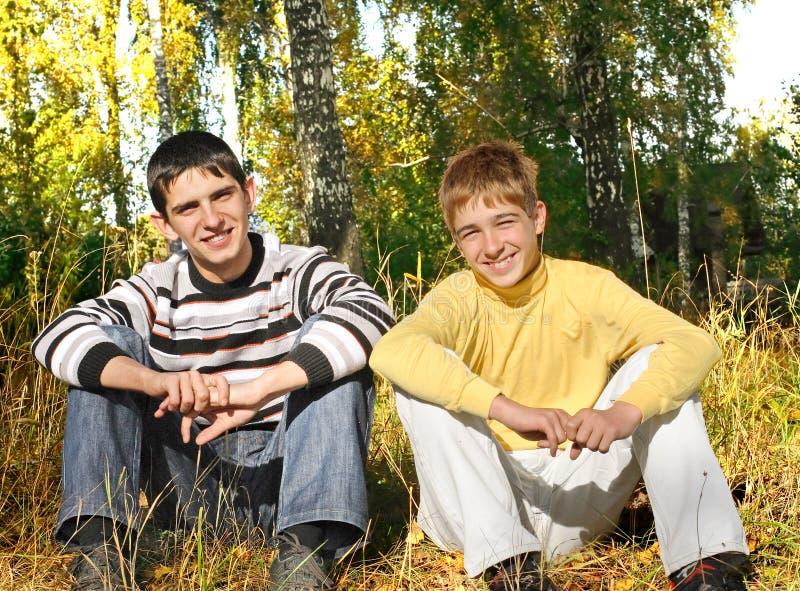Dos adolescentes en el parque fotografía de archivo