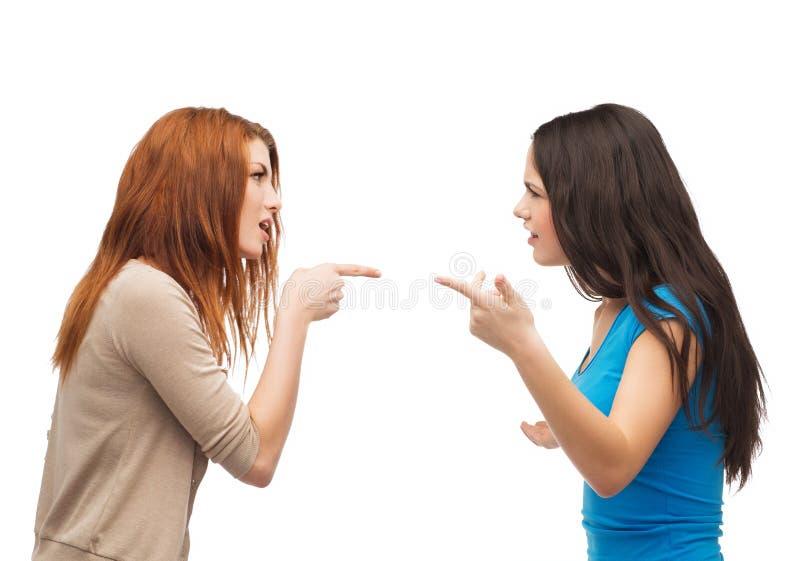 Dos adolescentes que tienen una lucha imagen de archivo