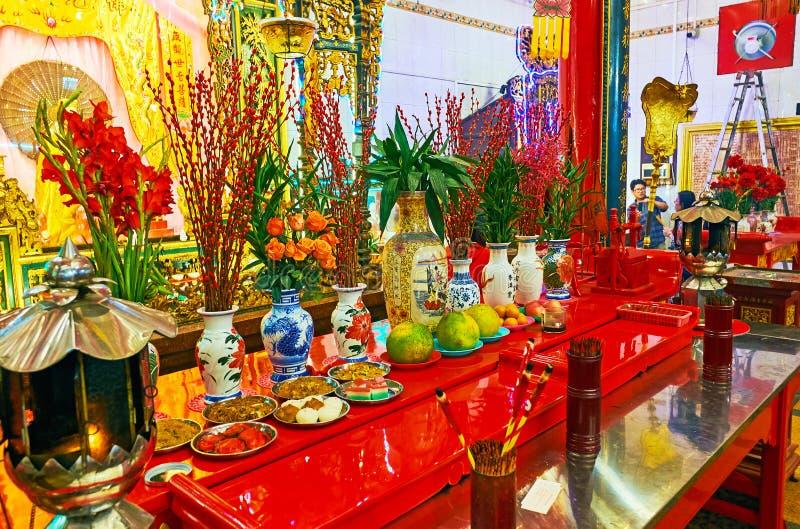 ` Dos adoradores que oferece no templo de Guanyin Gumiao do chinês, Yangon, M fotos de stock