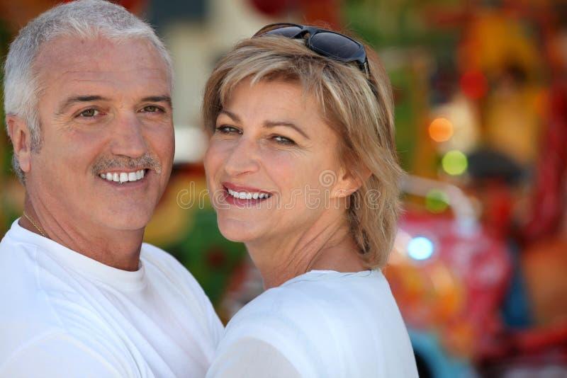 Dos adultos en el funfair imagen de archivo libre de regalías