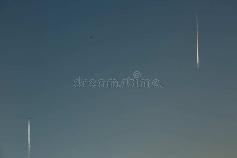 Dos aeroplanos en el cielo foto de archivo