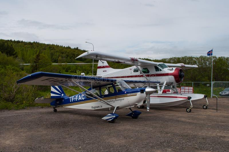 Dos aeroplanos parqueados en el aeropuerto de Akureyri foto de archivo