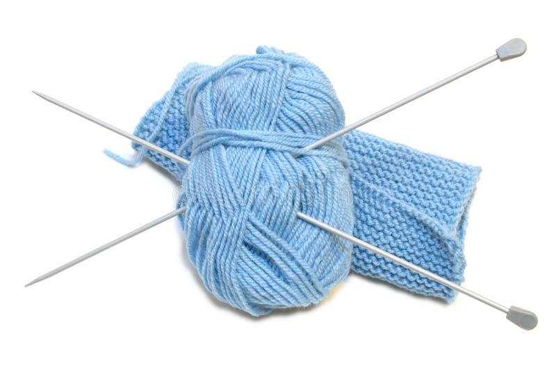 Dos agujas que hacen punto, ovillo de lana del hilado, haciendo punto. imagen de archivo libre de regalías