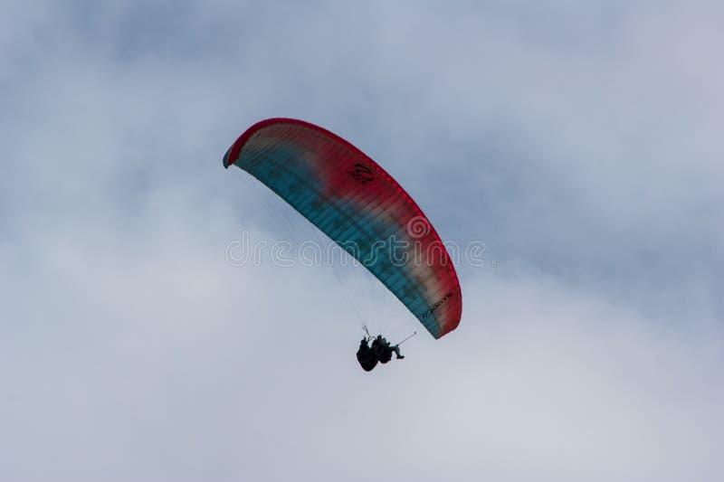 Dos alas flexibles que vuelan en el mismo paraglide en el sur de Islandia fotografía de archivo