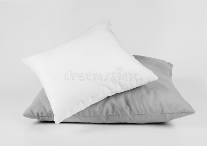 Dos almohadas, almohadas en un fondo blanco fotografía de archivo