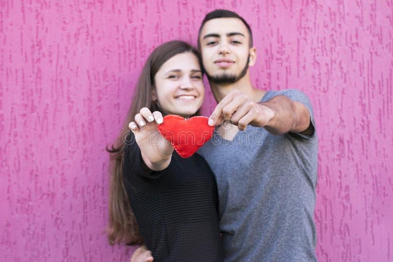 Dos amantes con el corazón rojo imágenes de archivo libres de regalías