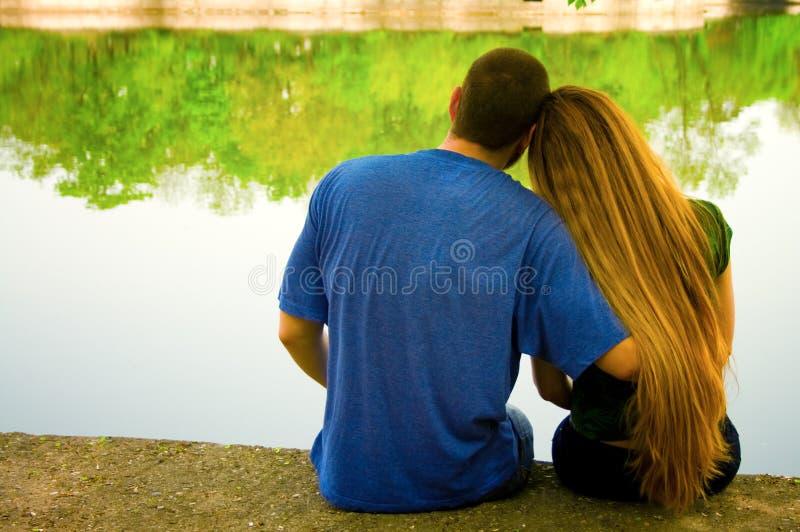 Dos amantes en orilla del lago fotos de archivo libres de regalías