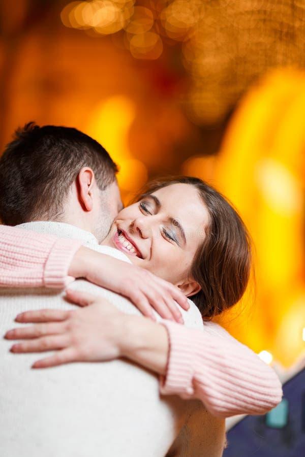 Dos amantes que abrazan en pasillo imágenes de archivo libres de regalías