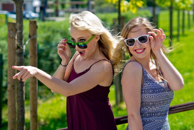 Dos amigas que se divierten foto de archivo