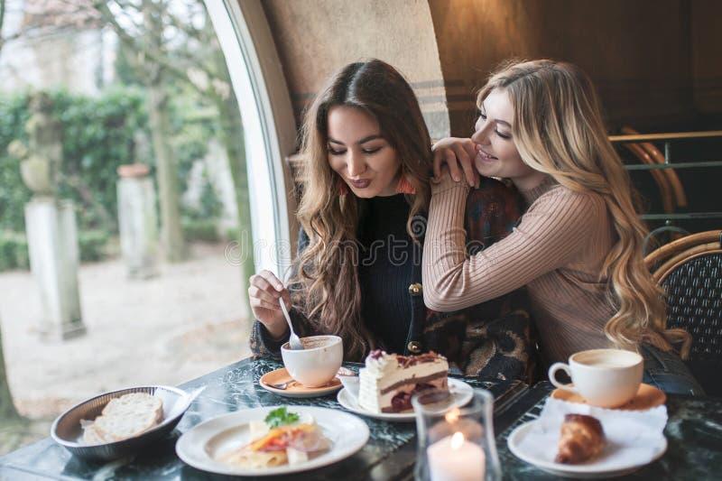 Dos amigas trinking el café en el café fotos de archivo libres de regalías