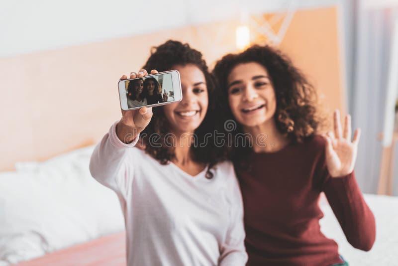 Dos amigos atractivos que hacen la foto memorable fotografía de archivo