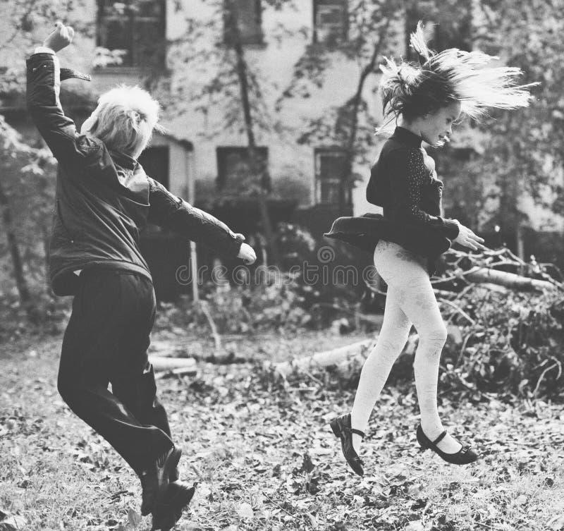Dos amigos cercanos que saltan en el aire fotografía de archivo libre de regalías