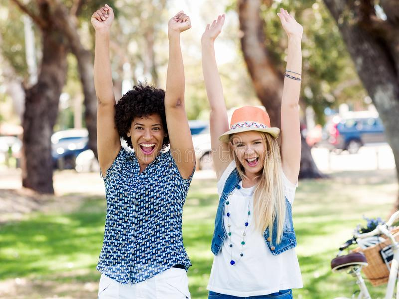 Dos amigos de las mujeres en parque imagen de archivo