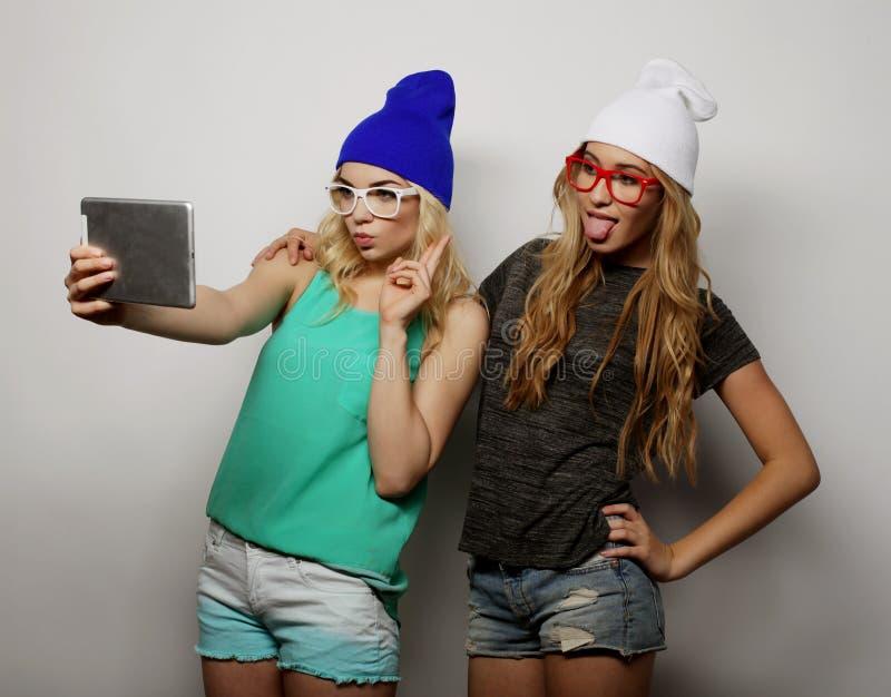 Dos amigos de muchachas del inconformista que toman el selfie imagenes de archivo