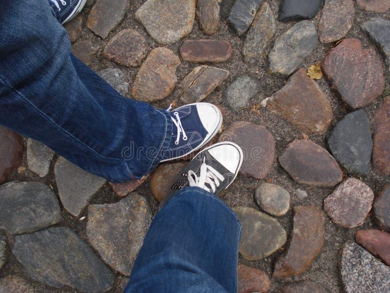 Dos amigos en la ciudad vieja de Kaunas fotos de archivo