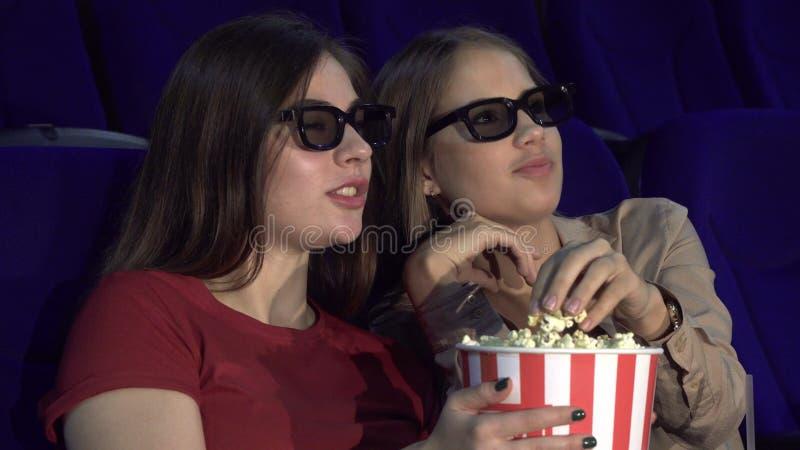 Dos amigos están discutiendo una película en el cine fotos de archivo libres de regalías