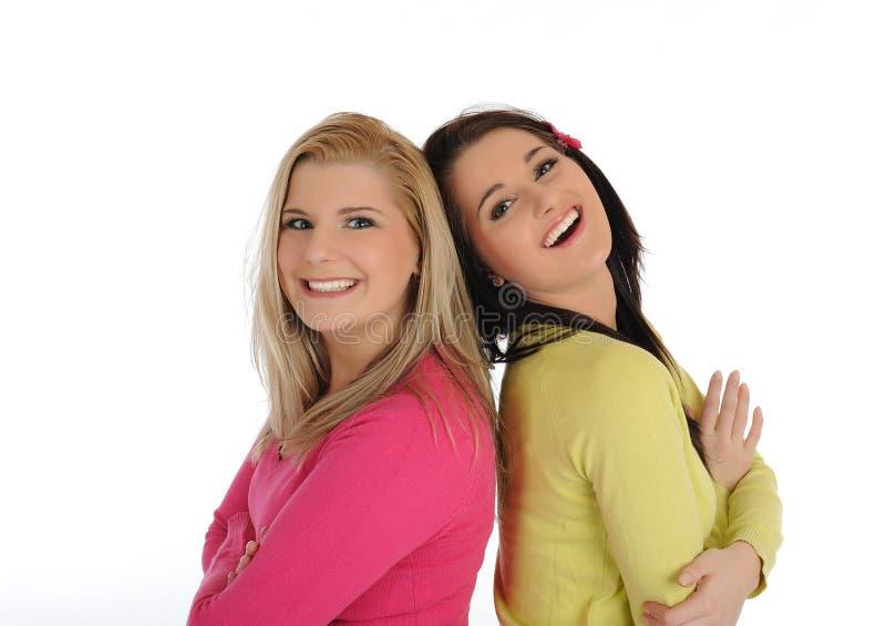 Dos amigos femeninos bonitos que tienen la diversión y risa fotografía de archivo